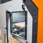 pohled do interiéru pískovací kabiny s doplňkovými bočními dveřmi