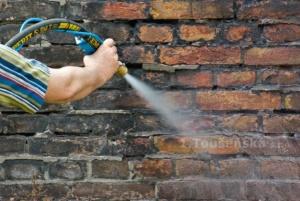 ukázka čištění cihlové stěny pískováním s přisáváním vody