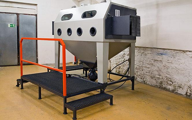 tryskací kabina s protahovacími otvory