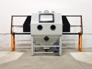 protahovací sklářská pískovací kabina s otevřenými dveřmi