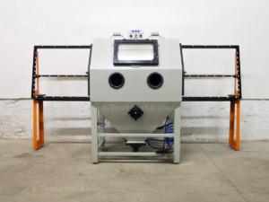 protahovací pískovačka s válečkovou tratí pro tryskání plochého skla