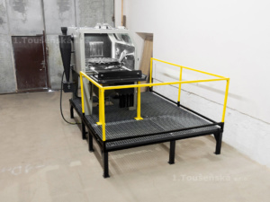 tryskací kabina s vyjížděcí točnou a pódiem