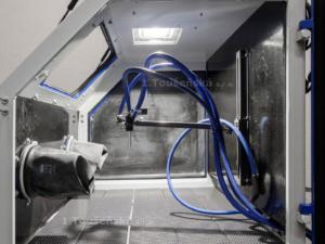 interiér pískovacího boxu TB 120 s držákem trysky
