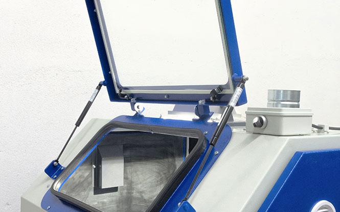 tryskací kabina s odklápěcím oknem