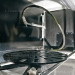 tryskací box a namontovaná stacionární tryska a točna