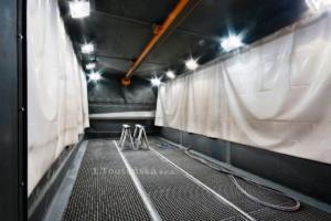 tryskací komora s kolejemi pro zavážecí vozík