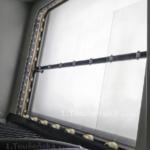 ukázka matování skla v tryskací kabině s válečkovou tratí